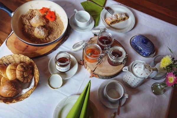 Das Frühstück Falkenau - Zimmer + Ferienwohnungen auf dem Bauernhof 4 Blumen