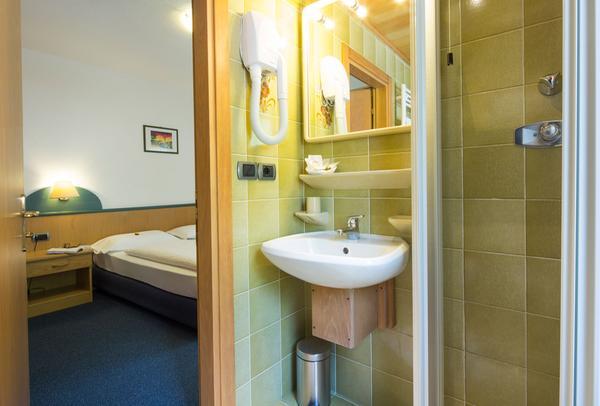 Photo of the bathroom B&B (Garni)-Hotel Ai Serrai