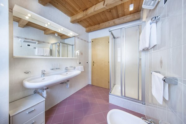 Photo of the bathroom B&B (Garni) + Apartments La Majon & Dependance