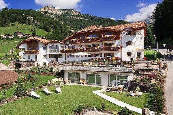 Foto esterno in estate Garni-Hotel Soraiser Dolomites Small & Luxury