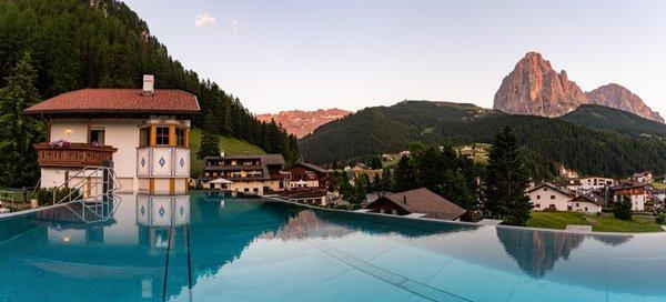 Foto Außenansicht im Sommer Garni-Hotel Soraiser Dolomites Small & Luxury