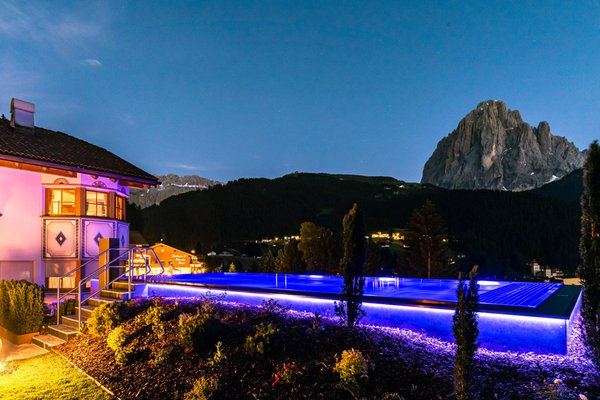 Sommer Präsentationsbild Garni-Hotel Soraiser Dolomites Small & Luxury - Garni-Hotel + Ferienwohnungen 3 Stern sup.