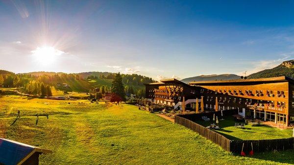 Foto esterno in estate Monte Pana Dolomites Hotel