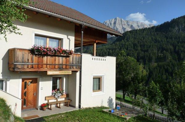 Foto esterno in estate Apartment La Frünta