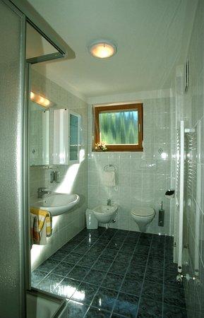 Foto del bagno Camere + Appartamenti in agriturismo Großarzbachhof