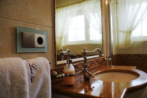 Photo of the bathroom B&B + Apartments Das Land-Palais