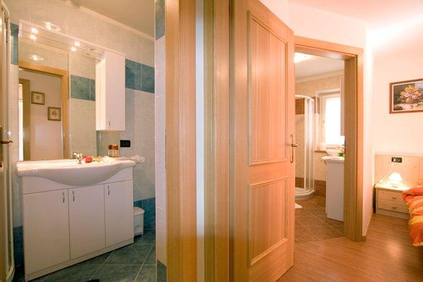Foto del bagno B&B + Appartamenti Cèsa Ciasates