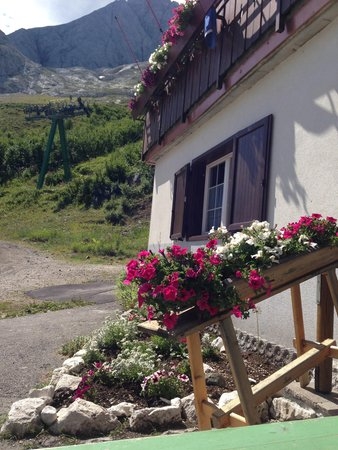 Foto esterno in estate Passo Fedaia
