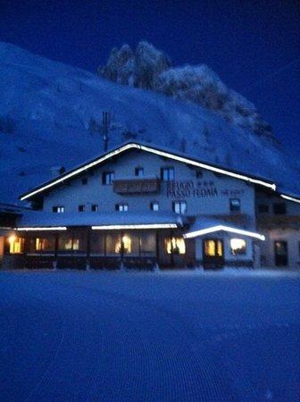 Foto esterno in inverno Passo Fedaia
