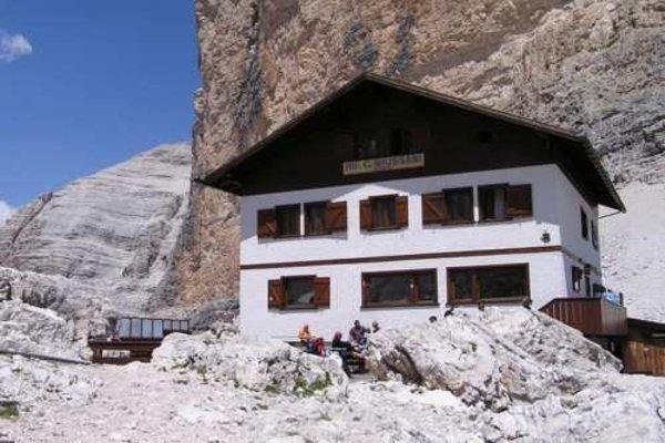 Foto esterno in estate Giussani