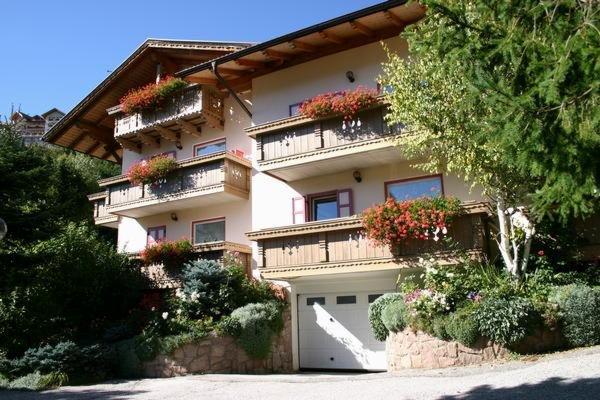 Foto estiva di presentazione Villa Mirabell - Appartamenti 4 genziane