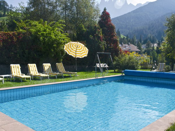 Hotel tyrol dolomites slow living val di funes valle - Piscina bressanone prezzi ...