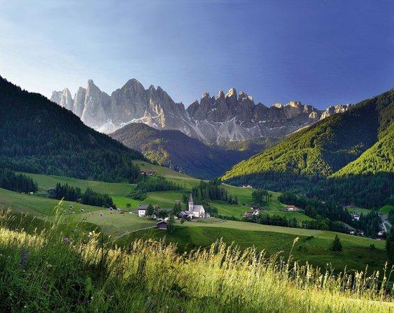 Foto estiva di presentazione Associazione turistica Dolomiti Val di Funes