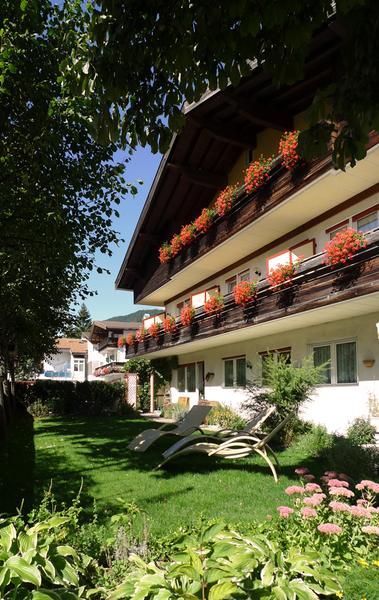 Foto esterno in estate Intica