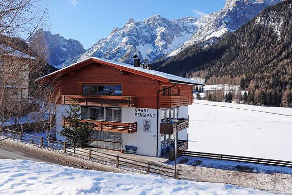 Foto esterno in inverno Garni + Appartamenti Bergland