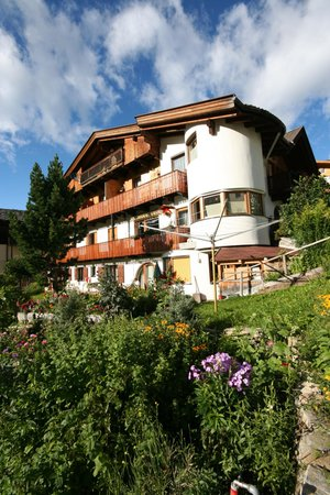 Foto estiva di presentazione Haus Hubertus - Camere private + Appartamenti 3 soli