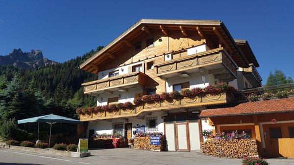Foto Außenansicht im Sommer Chalets Dolomites Brigitte - Appartements & B&B