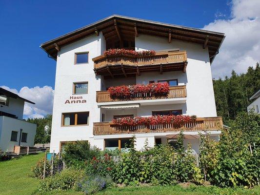 Foto esterno in estate B&B + Appartamento Haus Anna