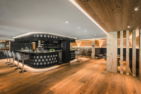 Foto von der Bar Mountain Panoramic Wellness Hotel Dolasilla