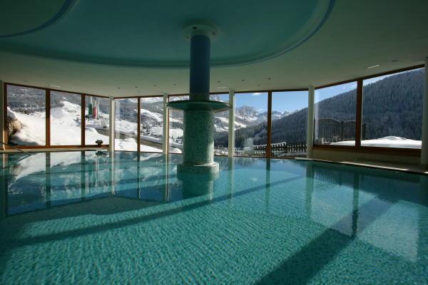 Mountain panoramic wellness hotel dolasilla la villa alta badia - Residence val badia con piscina ...