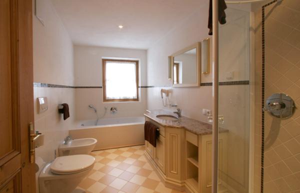 Foto del bagno Garni (B&B) + Appartamenti Lüch da Pcëi