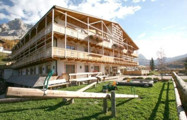 Foto estiva di presentazione Garni (B&B) + Appartamenti Lüch da Pcëi
