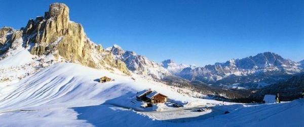 Foto invernale di presentazione Albergo Alpino Passo Giau