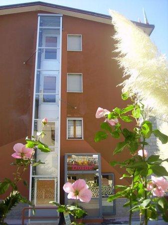 Foto esterno in estate Motel Dosdè