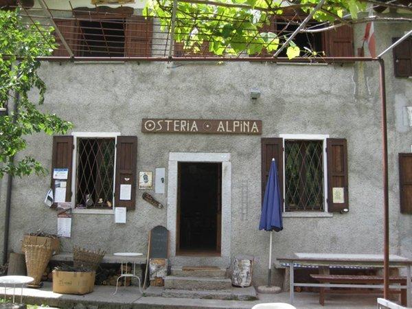 Foto esterno in estate Osteria Alpina