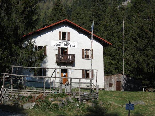 Sommer Präsentationsbild Berghütte mit Zimmern Luigi Brasca