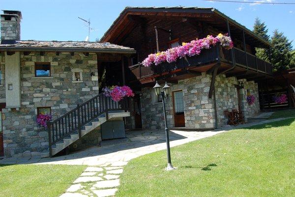 Foto esterno in estate R.T.A. Foyer d'Antan e Dipendenza
