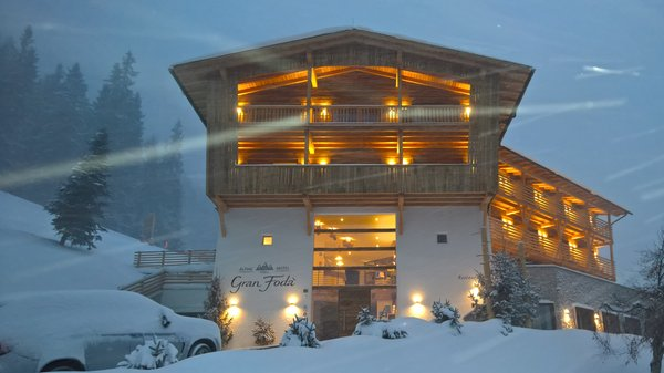 Foto Außenansicht im Winter Alpine Hotel Gran Fodá