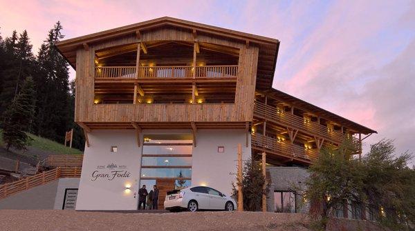 Foto Außenansicht im Sommer Alpine Hotel Gran Fodá