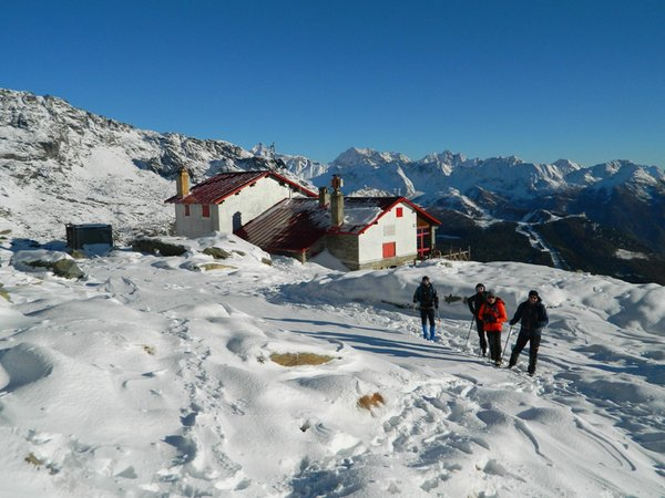 Foto invernale di presentazione Rifugio con camere Longoni