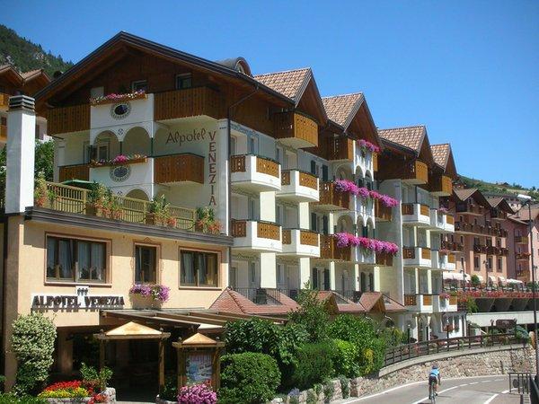 Foto esterno in estate Alpotel Dolomiten