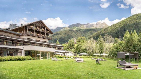 Foto esterno in estate La Casies - Mountain Living Hotel