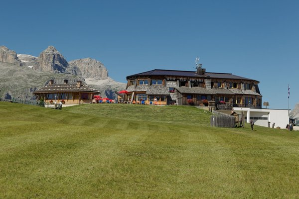 Foto Außenansicht im Sommer Bergrestaurant Piz Arlara
