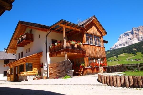 Sommer Präsentationsbild Ferienwohnungen auf dem Bauernhof Paracia