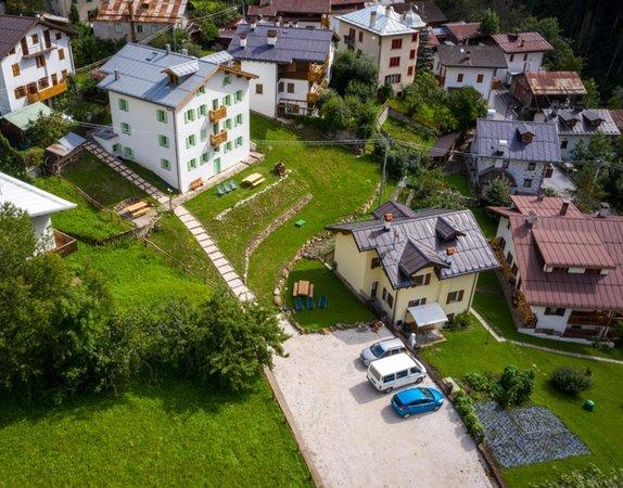 Foto Außenansicht im Sommer Rocca Bruna Apartments