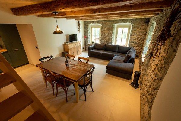 La zona giorno Rocca Bruna Apartments