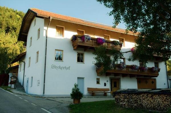 Foto estiva di presentazione Stockerhof - Appartamenti in agriturismo 2 fiori