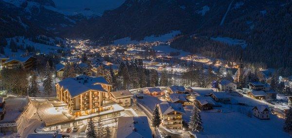 Foto Außenansicht im Winter Ciampedie Luxury Alpine Spa Hotel