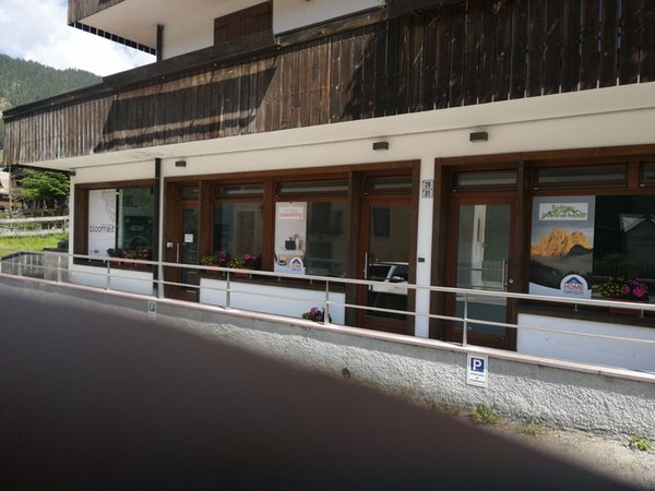 Foto Außenansicht im Sommer Geschäft Bottega dei Prodotti delle Dolomiti